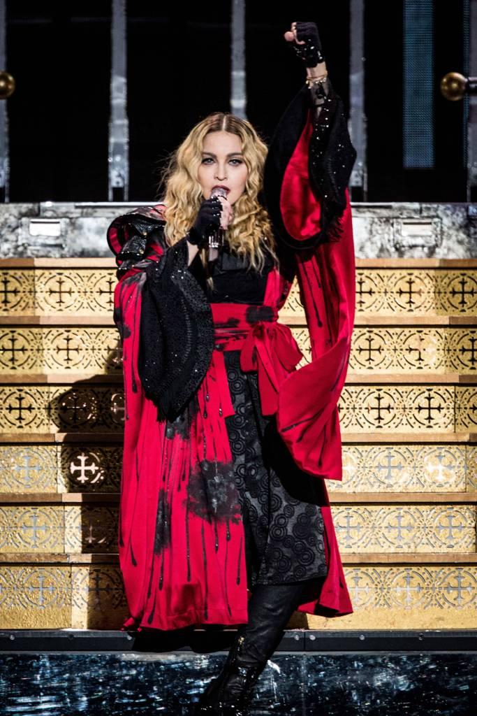 Madonna, a Torino primo successo in un palazzetto blindato per la paura